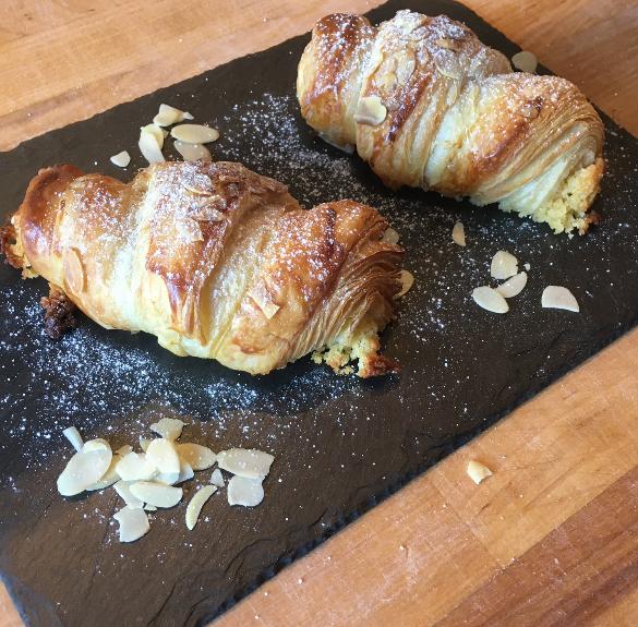Mandulakrémmel töltött croissant - 2 db